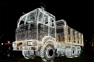 sculpture lampe led camion benne minsk belarus 1 331x219 - Vrai Faux Camion Benne Sculpté avec des Guirlandes LED