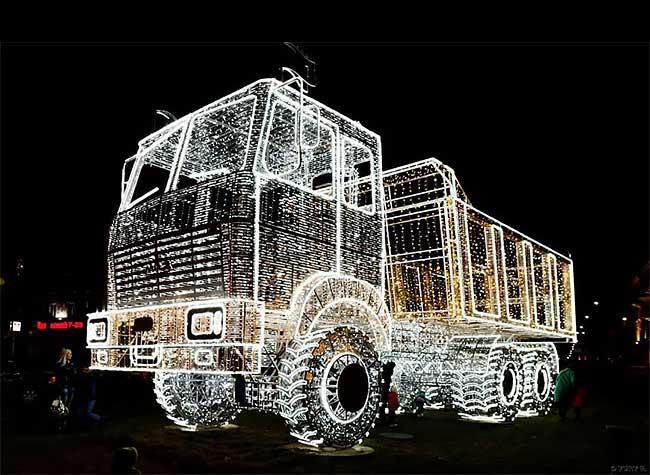 sculpture lampe led camion benne minsk belarus 1 - Vrai Faux Camion Benne Sculpté avec des Guirlandes LED