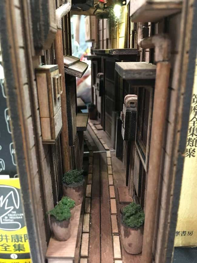 serre livres tokyo ruelles dioramas 1 - Ces Ruelles de Tokyo Cachées dans des Serre-Livres en Bois