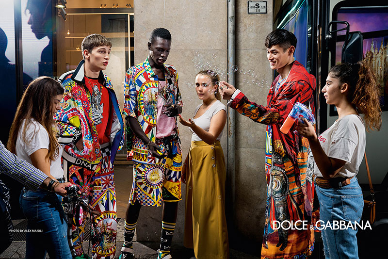 campagne dolce gabbana homme ete 2019 11 - L'Homme Dolce Gabbana Descend dans la Rue pour Fêter l'Ete