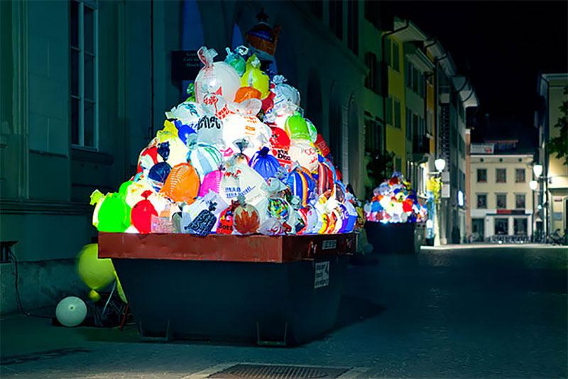 bennes ordures sacs lumineux installation suisse 1 - Bennes à Ordures Remplies de Sacs en Lumineuse Installation d'Art