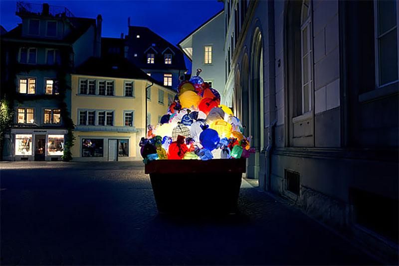 bennes ordures sacs lumineux installation suisse 3 - Bennes à Ordures Remplies de Sacs en Lumineuse Installation d'Art