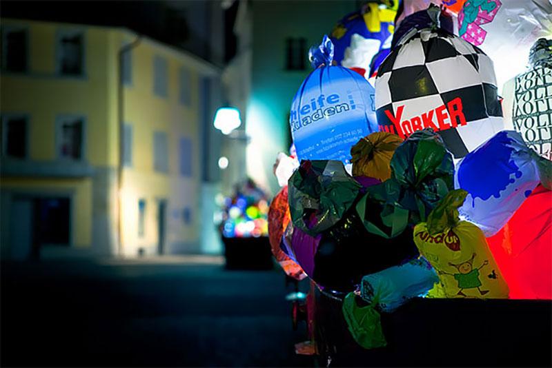 bennes ordures sacs lumineux installation suisse 7 - Bennes à Ordures Remplies de Sacs en Lumineuse Installation d'Art