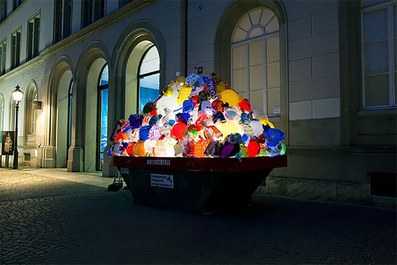 bennes ordures sacs lumineux installation suisse 8 - Bennes à Ordures Remplies de Sacs en Lumineuse Installation d'Art