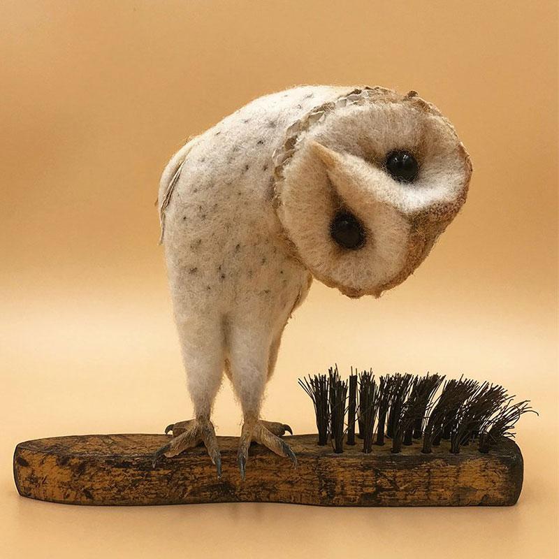 art feutre brosses simon brown 1 - Il Sculpte de Petits Animaux sur de Vieilles Brosses