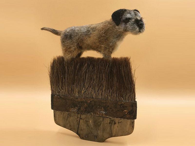 art feutre brosses simon brown 2 - Il Sculpte de Petits Animaux sur de Vieilles Brosses