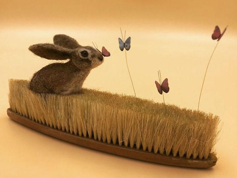 art feutre brosses simon brown 3 - Il Sculpte de Petits Animaux sur de Vieilles Brosses