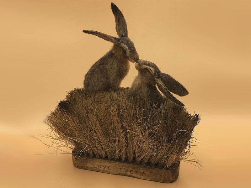art feutre brosses simon brown 4 - Il Sculpte de Petits Animaux sur de Vieilles Brosses