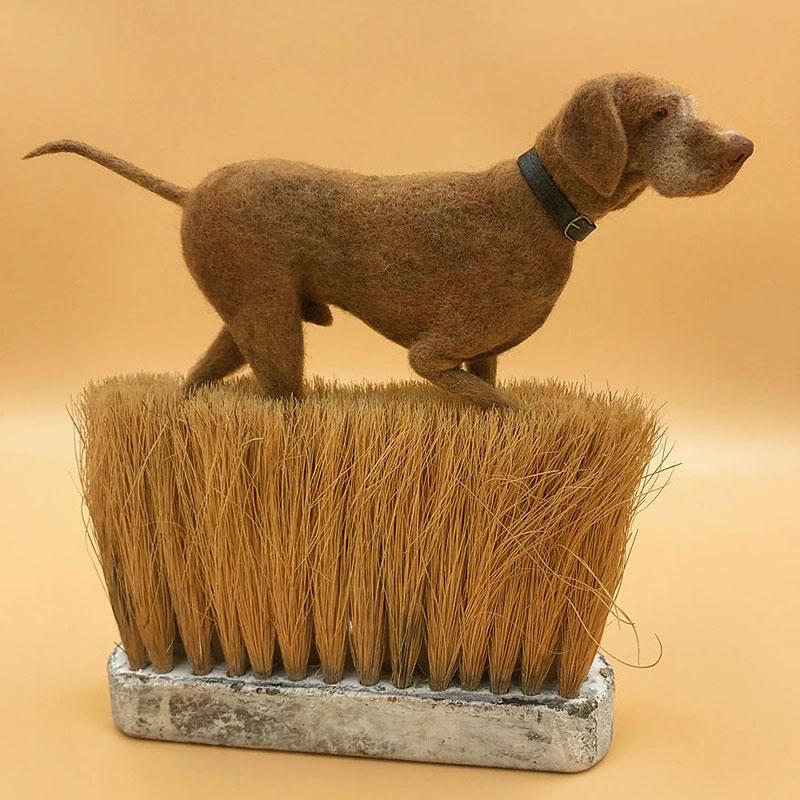 art feutre brosses simon brown 6 - Il Sculpte de Petits Animaux sur de Vieilles Brosses