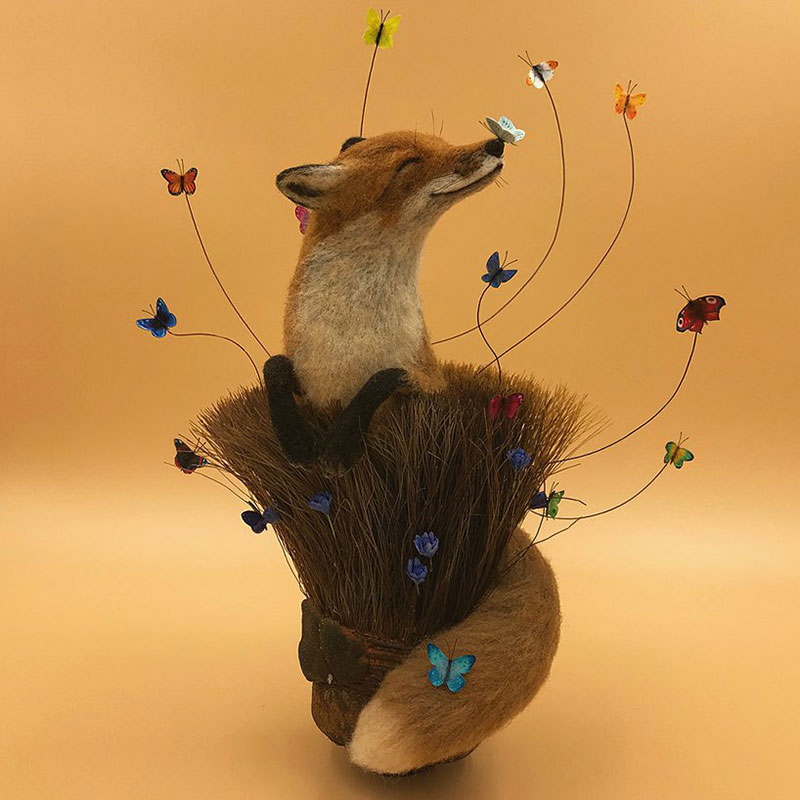 sculptures animaux-brosses-simon-brown, Il Sculpte de Petits Animaux sur de Vieilles Brosses