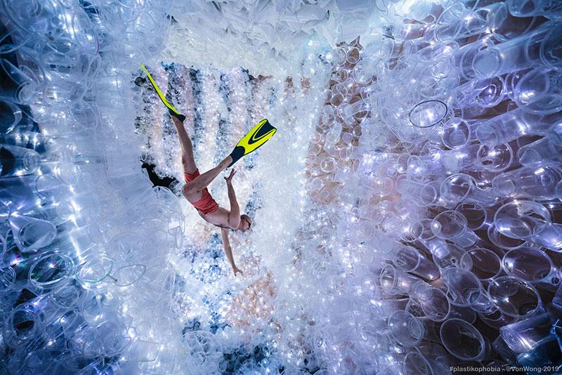 benjamin von wong plastikophobia goblet plastique art 1 - 18000 Gobelets en Plastique pour une Fausse Grotte Sous Marine