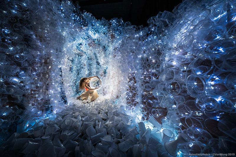 benjamin von wong plastikophobia goblet plastique art 3 - 18000 Gobelets en Plastique pour une Fausse Grotte Sous Marine