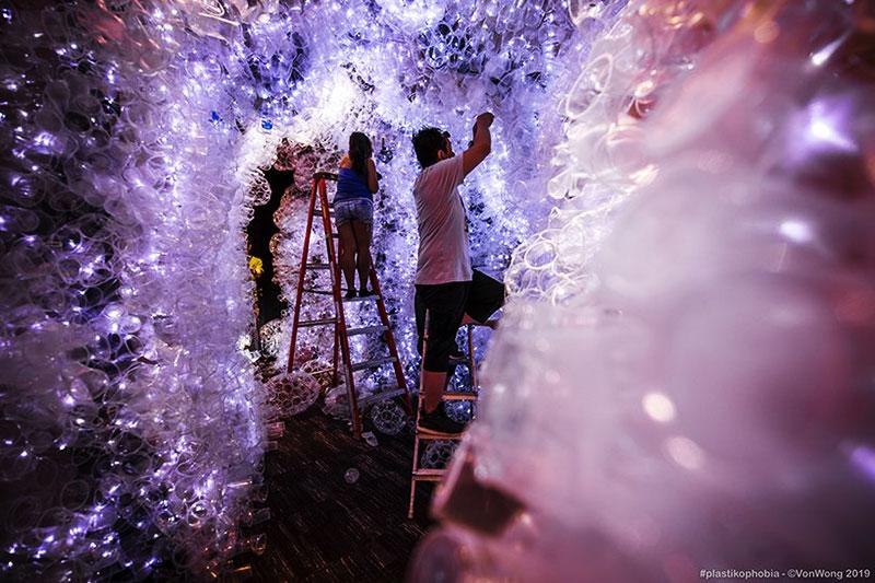 benjamin von wong plastikophobia goblet plastique art 4 - 18000 Gobelets en Plastique pour une Fausse Grotte Sous Marine