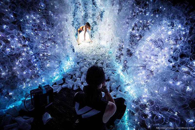 benjamin von wong plastikophobia goblet plastique art 8 - 18000 Gobelets en Plastique pour une Fausse Grotte Sous Marine
