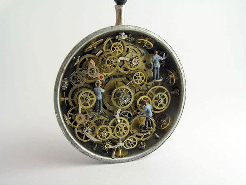 vieilles montres mondes miniatures, Il Transforme des Montres Gousset en Mondes Miniatures