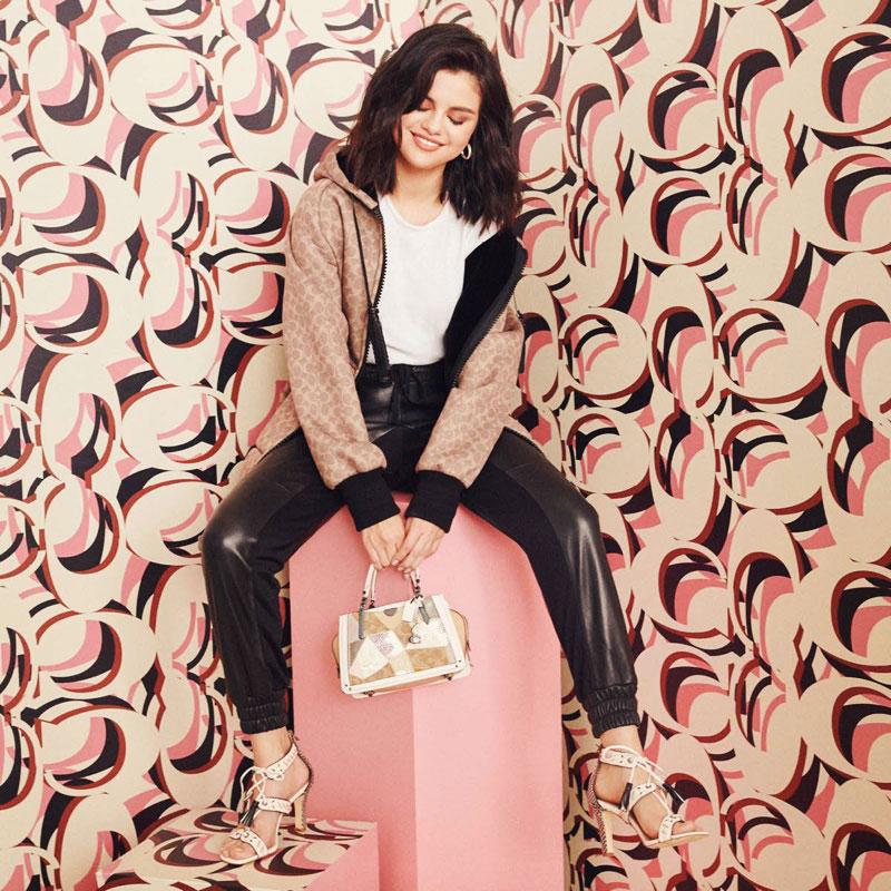campagne selena gomez coach sacs 04 - Selena Gomez et les Sacs Stars de Coach 2019