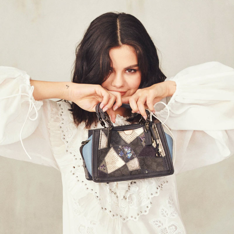 campagne selena gomez coach sacs 05 - Selena Gomez et les Sacs Stars de Coach 2019