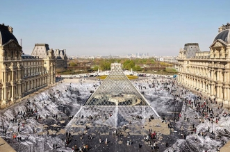 jr trompe loeil pyramide louvre anniversaire 1 331x219 - L'Abyssal Trompe-L'Oeil de JR Sur la Pyramide du Louvre