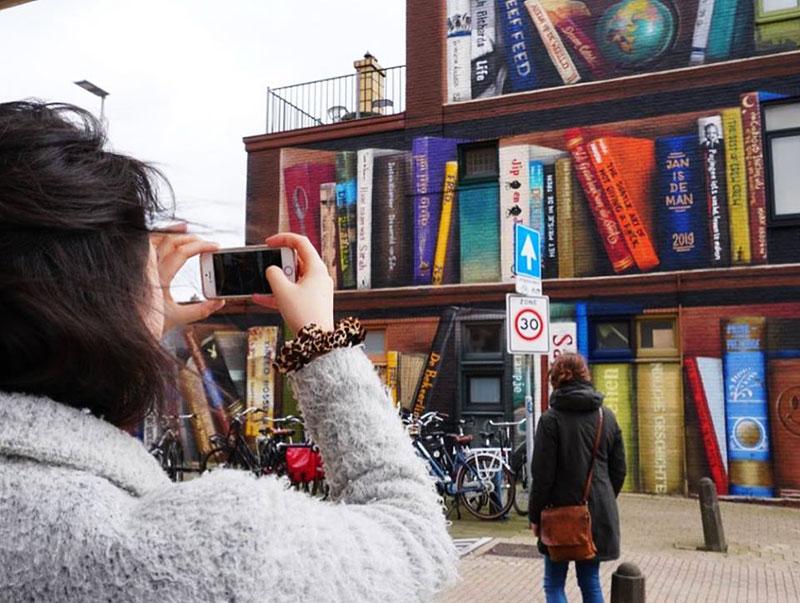 Bibliothèque Trompe-l'Oeil, Bibliothèque en Trompe-l'Oeil sur une Façade d'Immeuble
