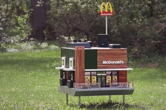 plus petit mcdonalds au monde mchive abeilles 1 331x219 - McDonald's Ouvre pour les Abeilles des Ruches McHive