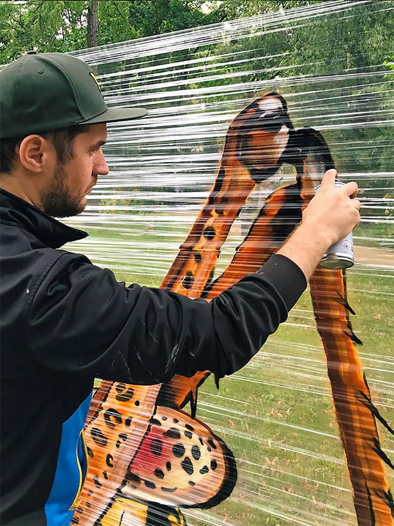 ches ches street art foret cellograffiti film transparent 9 - Sur du Film Cellophane il Peint des Animaux en Foret (video)