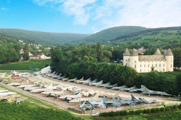 avions de chasse chateau collectionneur france 12 600x400 - 110 Avions de Chasse dans un Château pour ce Collectionneur de 87 ans