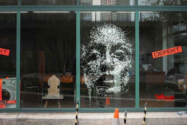 simon berger art sculpture verre casse 02 600x400 - L'Art de Casser des Vitrines pour en Faire des Portraits Echarpés