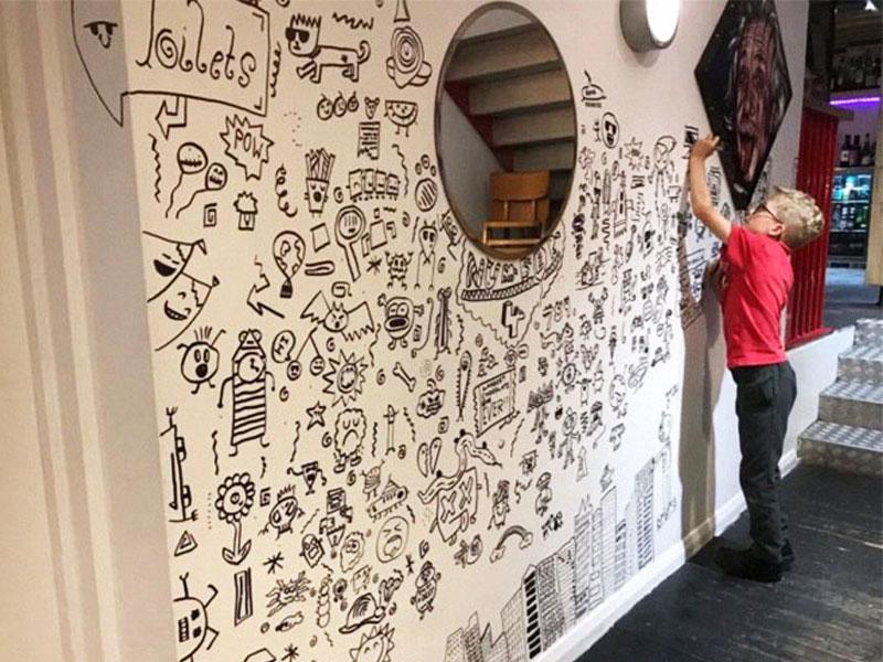 Joe Whale dessins, Griffonneur en Classe Joe Whale Redécore un Restaurant
