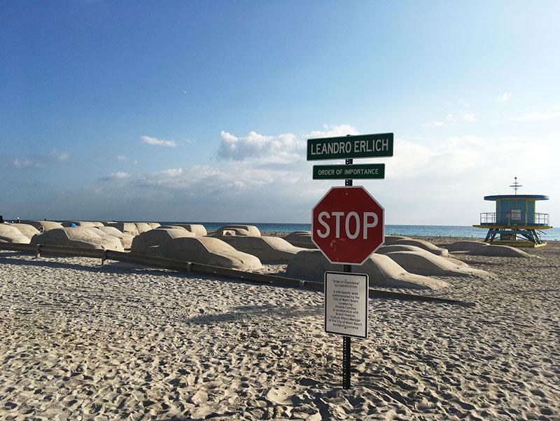 leandro erlich, Embouteillage de Voitures, Sculptures de Sable sur la Plage, par Leandro Erlich