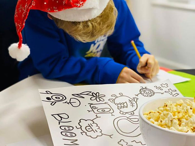Joe Whale doodle boy, Le Jeune Dessinateur Joe Whale Termine un Autre Projet