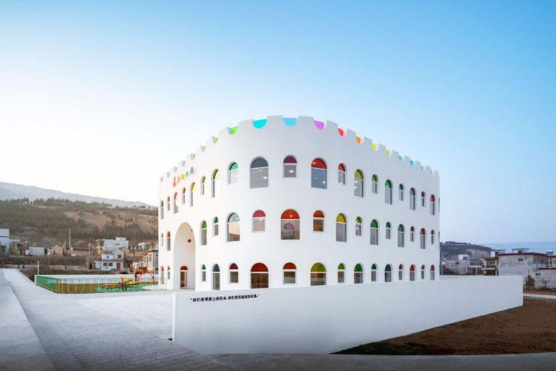 école maternelle Tianshui, Ecole Maternelle à Tianshui aux 483 Panneaux de Couleurs en Verre
