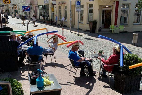 café Allemagne boudins piscine, Dans ce Café en Allemagne les Boudins de Piscine Servent à Garder ses Distances