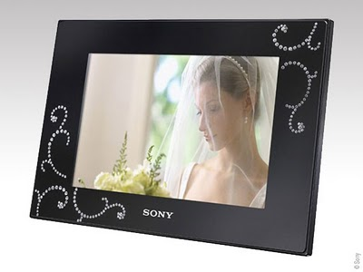 ae5e033b1a674abd8d68ea7f05465de1 - Sony Swarovski : Cadre Numerique de Luxe